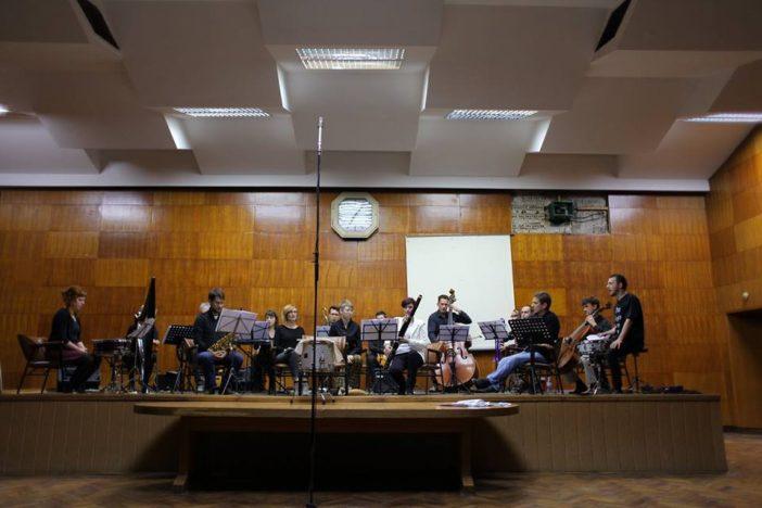 """Kardjuovo """"Veliko učenje"""" u izvođenju ansambla """"Studio 6"""" i """"Novosadskog Skreč orkestra"""""""